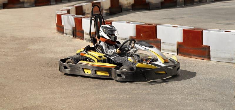 Va il kart, corsa all'aperto rivale karting dell'opposizione della corsa della velocità, corrente con la furia, una furia, veloce immagini stock