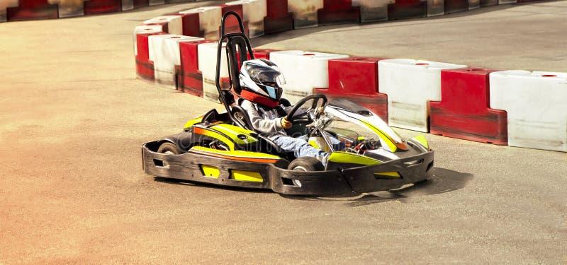 Va il kart, corsa all'aperto rivale karting dell'opposizione della corsa della velocità, corrente con la furia, una furia, veloce fotografia stock