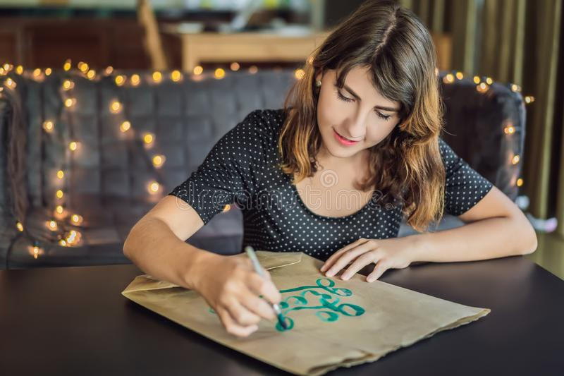va il verde Il calligrafo Young Woman scrive la frase su Libro Bianco Iscrivendo l'ornamentale ha decorato le lettere calligraphy immagini stock libere da diritti