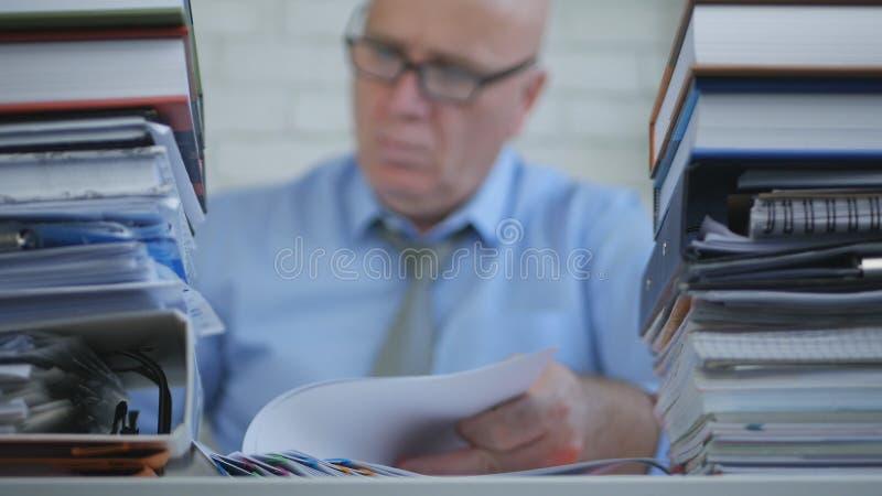 Vaag Beeld Businessperson die In Accounting Archive met Documenten werken stock afbeeldingen