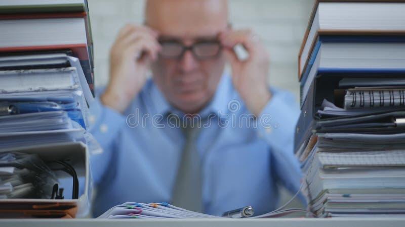 Vaag Beeld Businessperson die In Accounting Archive met Documenten werken royalty-vrije stock afbeeldingen