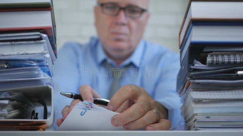 Vaag Beeld Businessperson die In Accounting Archive met Documenten werken stock afbeelding