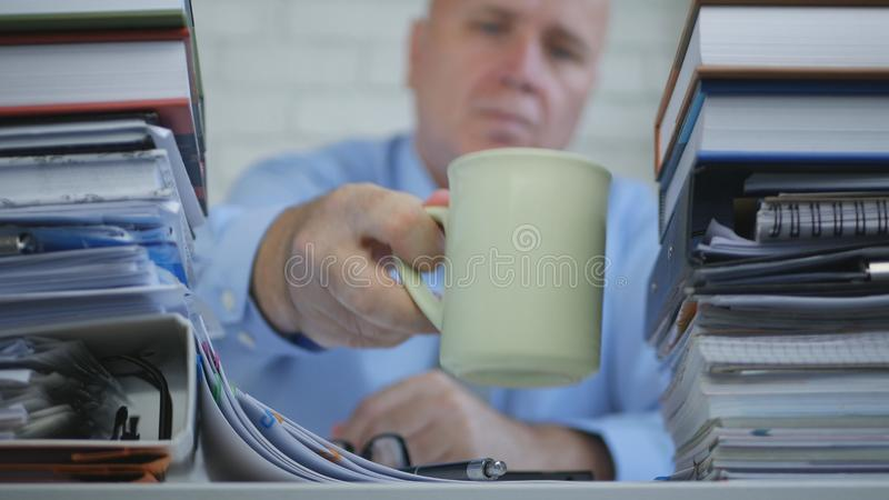 Vaag Beeld met de Drank van Zakenmanin accounting office een Koffie royalty-vrije stock afbeelding
