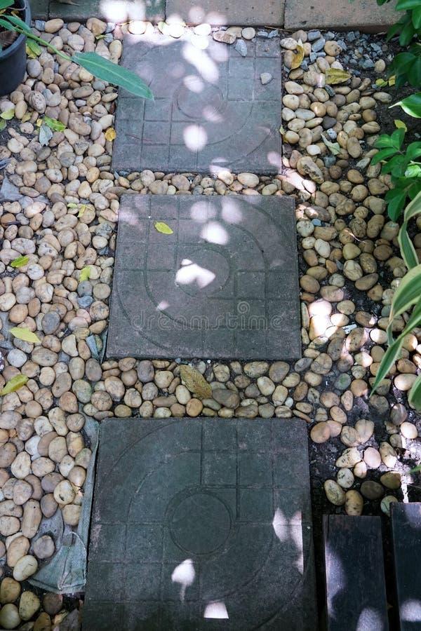 Vaag beeld van bakstenenwegen met steen en boom stock afbeeldingen