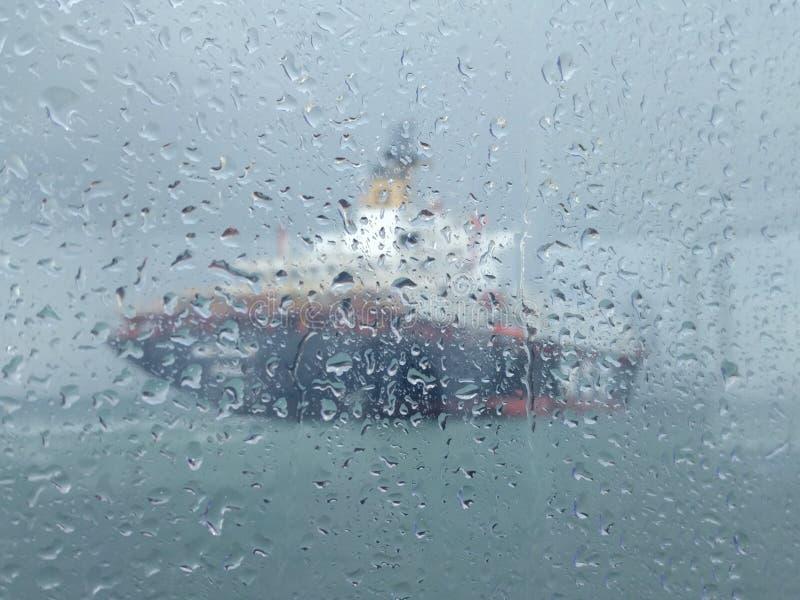 Vaag beeld van een schip in de regen