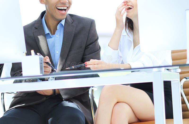Vaag beeld van een vrolijk commercieel team in de werkplaats stock foto's
