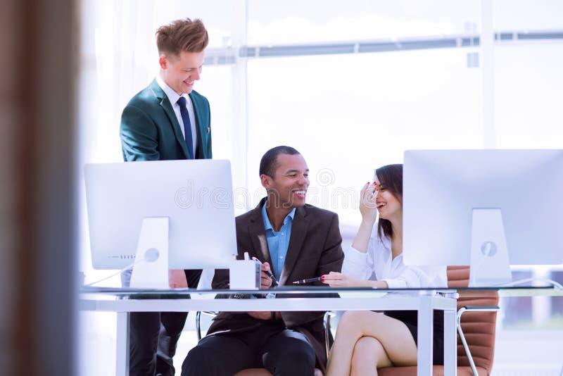 Vaag beeld van een vrolijk commercieel team in de werkplaats royalty-vrije stock afbeeldingen