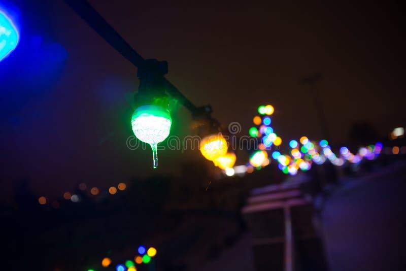 Vaag beeld van festively aangestoken stadsstraat op Kerstmisvooravond stock foto's