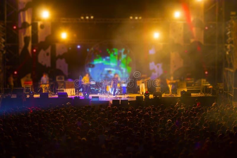 Vaag beeld van publiek in het vrije festival van de nachtmuziek geen lastentoelating royalty-vrije stock foto's