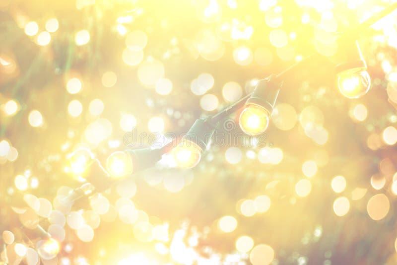 Vaag bokeh licht met het gele decor van koordlichten in strandrestaurant royalty-vrije stock afbeeldingen