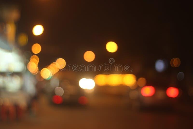 Vaag en defocused multicolored bokehlichten van nachtstraat stock afbeelding