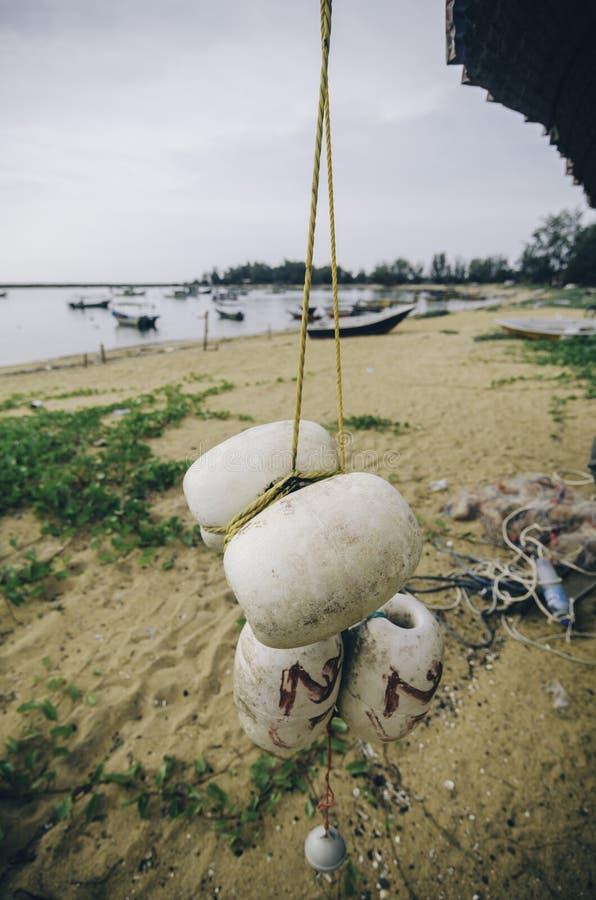 Vaag en selectief nadrukbeeld van het hangen van witte vuile vissen netto boei stock foto