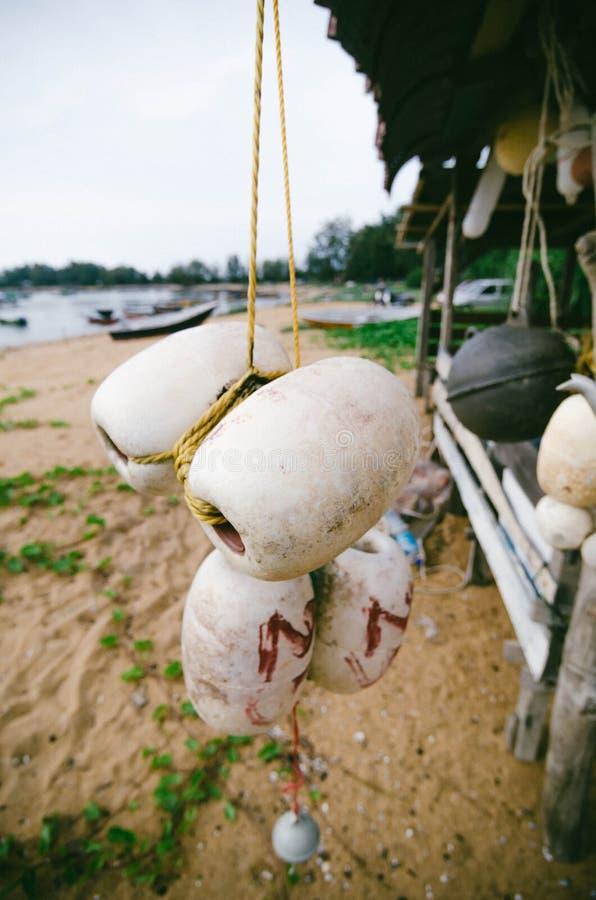 Vaag en selectief nadrukbeeld van het hangen van witte vuile vissenboei stock foto