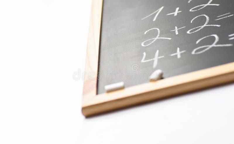 Vaag Fragment van Zwart Bord met Hand Geschreven Eenvoudige Wiskundevergelijkingen Wit Krijt Terug naar het Onderwijs van het Sch royalty-vrije stock foto's