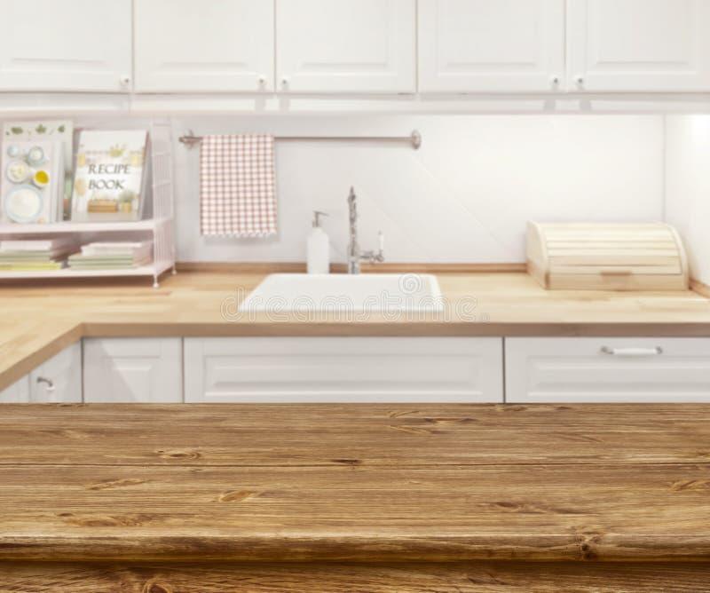 Vaag keukenbinnenland met houten dinning lijst vooraan stock fotografie