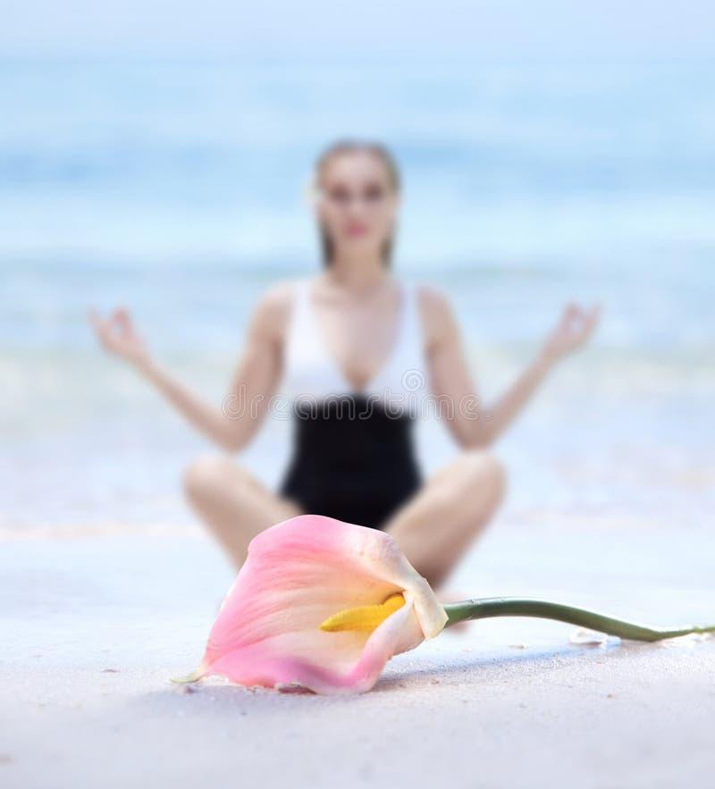 Vaag portret van een mediterende vrouw stock afbeeldingen