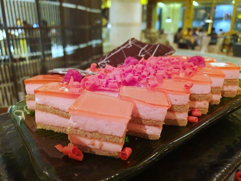 Vaag van aardbei minicake met frambozen op bovenkant stock afbeelding