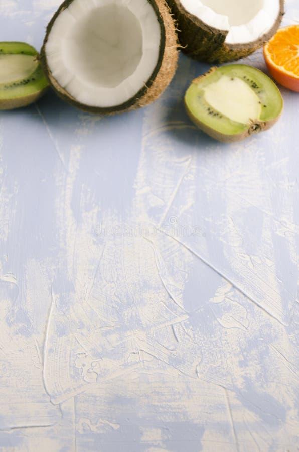 Vaag vers gezond fruit in achter, blauwe backgound De ruimte van het Vertica shotwit exemplaar royalty-vrije stock foto