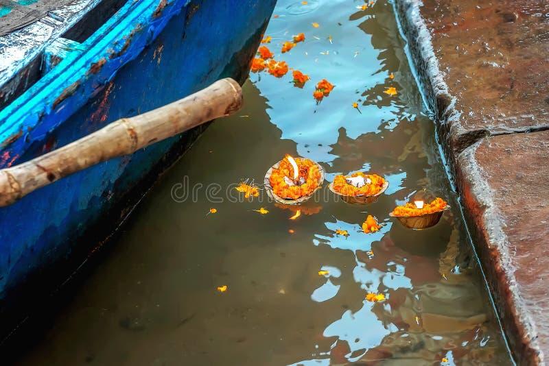 Vaak worden de klieren van bloemen en drijvende kaarsen gezien op de Ganges in Varanasi, India stock foto