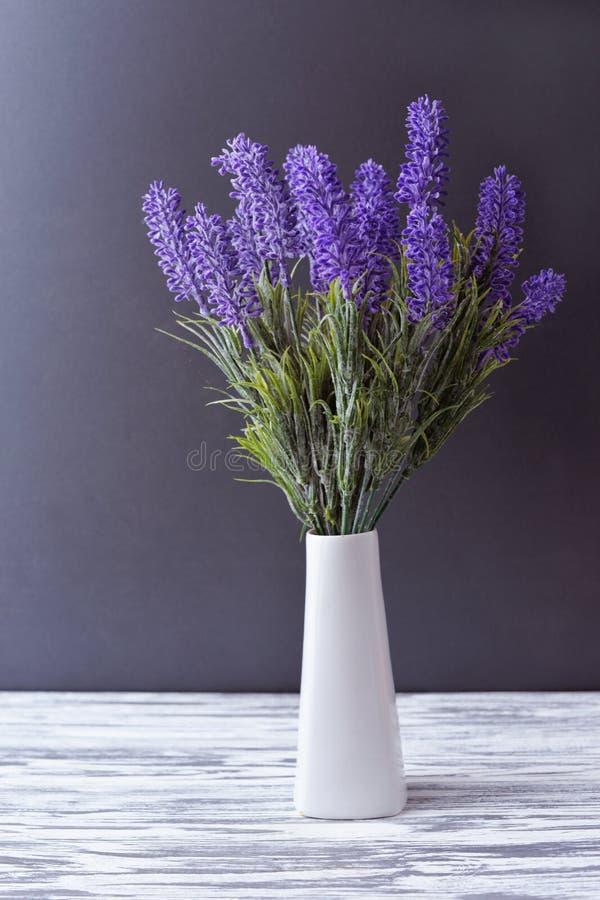 Vaas met bloemen purpere lilac lavendel stock afbeelding