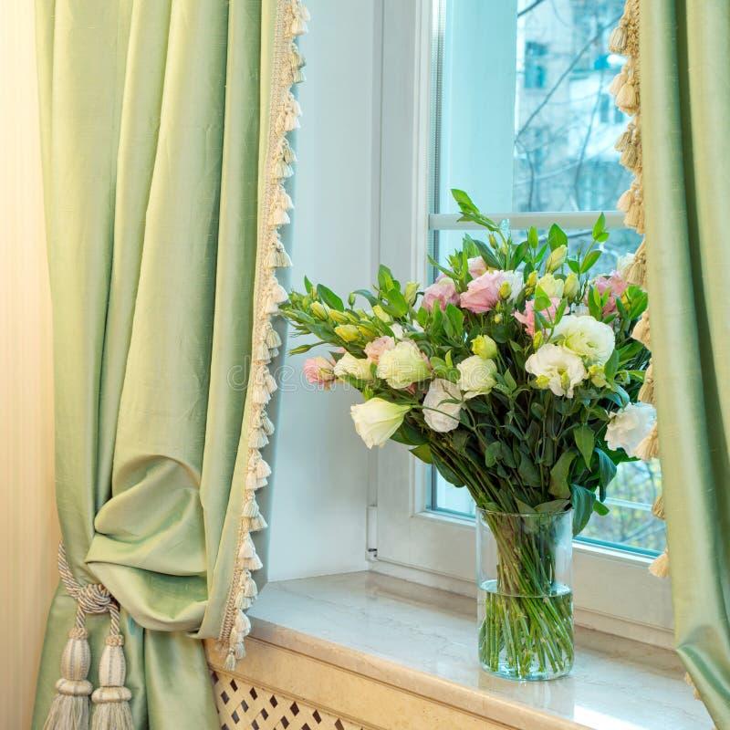 Vaas met rozen op het venster royalty-vrije stock foto