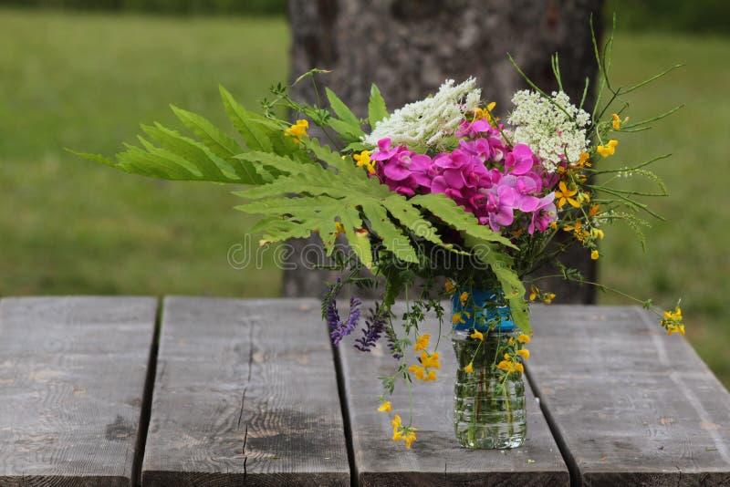 Vaas met wildflowers stock foto's