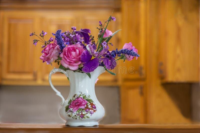 Vaas van Bloemen in Keuken royalty-vrije stock afbeelding