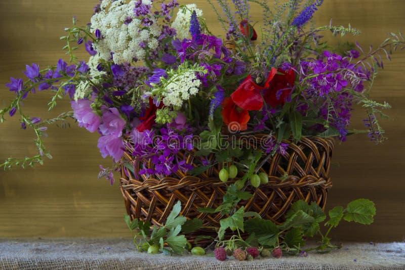 Vaas van bloemen op een mandgebied royalty-vrije stock afbeeldingen