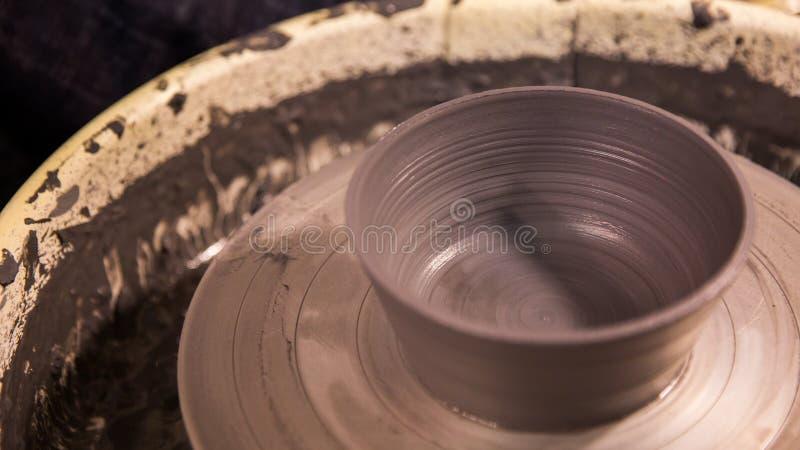 Vaas van het verse wiel van de draaipottenbakkers van de kleidraai De beeldhouwer in workshop maakt kruik uit kleiclose-up royalty-vrije stock foto