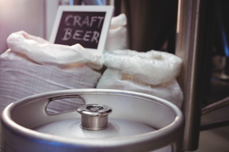 Vaatje met gerstzak bij brouwerij stock afbeeldingen