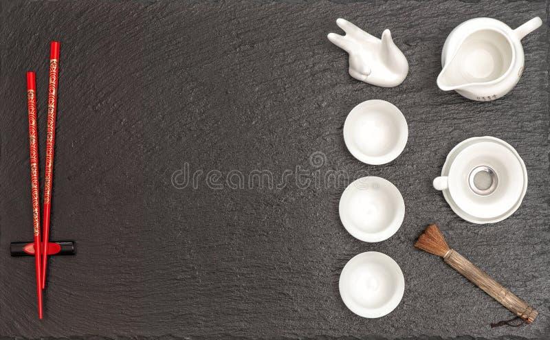 Vaatwerk voor Aziatische theeceremonie Theepot, koppen en rood eetstokje royalty-vrije stock foto's