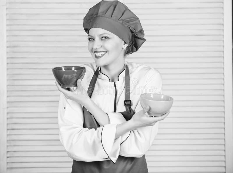 Vaatwerkkeus culinaire keuken kok in eenvormig restaurant, Professionele Chef-kok Cooking in Keuken meisje in schort en stock fotografie