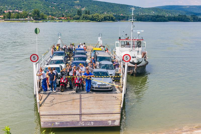 Vac Ungern Juli 16, 2017 Lokalt färjatrans. över Danube River, Ungern Färja för folk och bilar royaltyfria foton