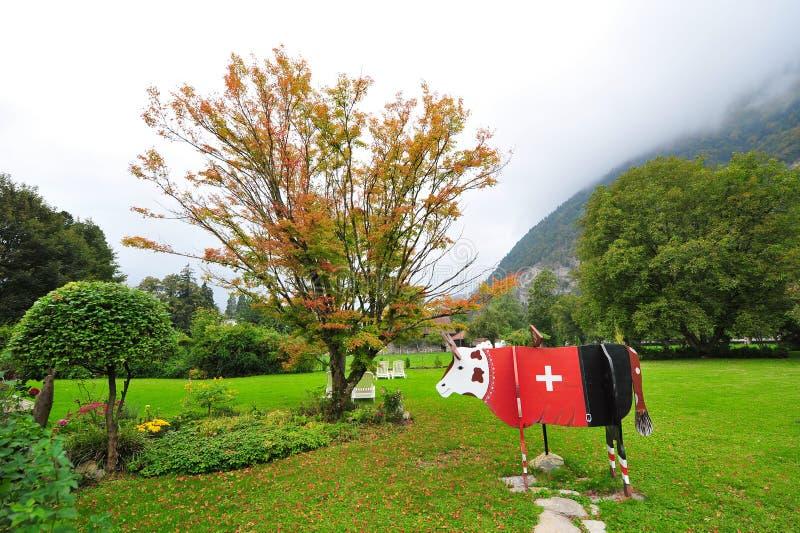 Vaca de madera con la bandera suiza roja en Interlaken imagen de archivo libre de regalías