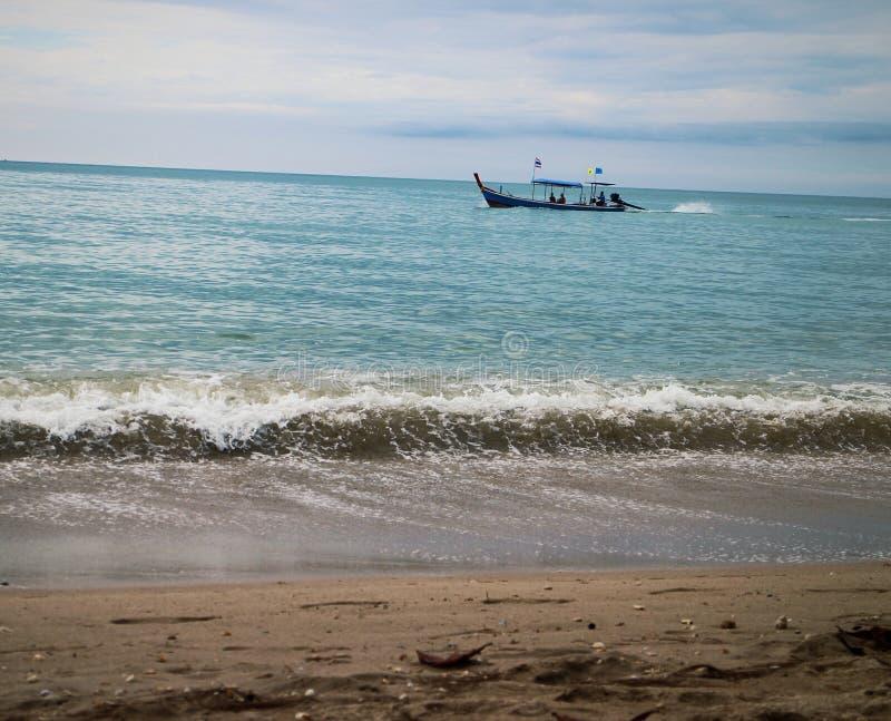 Vacaciones agradables del cielo del andaman del mar del tiempo de la onda de barco de Tailandia Khao Lak imagen de archivo libre de regalías