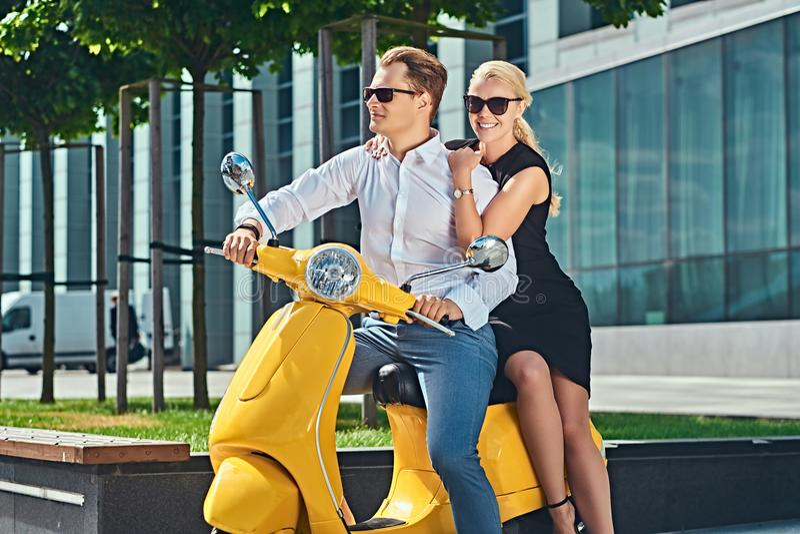 Vacaciones de Europa del verano, fecha, romance Pares atractivos felices - mujer rubia encantadora que lleva el vestido negro que fotografía de archivo libre de regalías