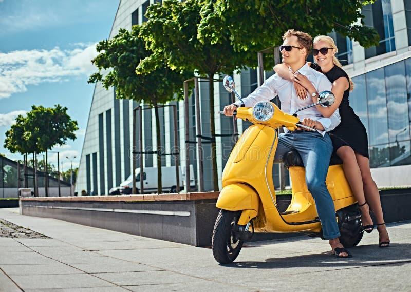 Vacaciones de Europa del verano, fecha, romance Pares atractivos felices - mujer rubia encantadora que lleva el vestido negro que fotografía de archivo