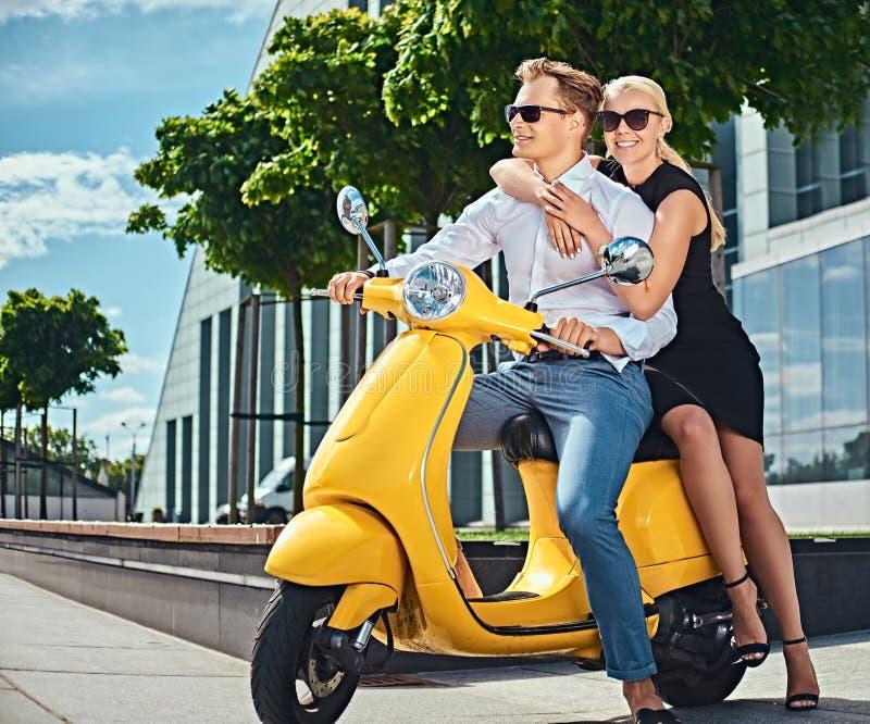 Vacaciones de Europa del verano, fecha, romance Pares atractivos felices - mujer rubia encantadora que lleva el vestido negro que imagen de archivo libre de regalías