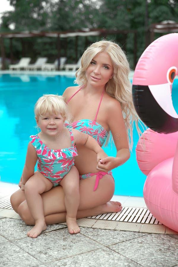 Vacaciones de familia del verano Retrato rubio de las muchachas de la mirada de la moda beaut fotos de archivo libres de regalías
