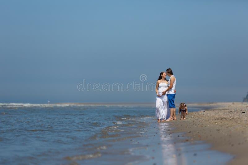 Vacaciones de familia por el mar fotografía de archivo libre de regalías