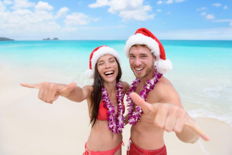 Vacaciones de Hawaii de la Navidad - par hawaiano de la playa imágenes de archivo libres de regalías
