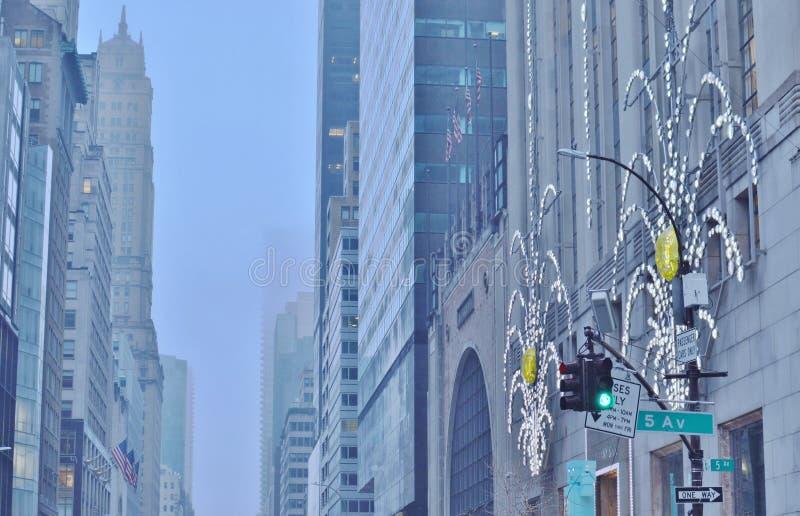 Vacaciones de invierno en las calles urbanas Fifth Avenue Nueva York de la ciudad de NYC Manhattan fotografía de archivo