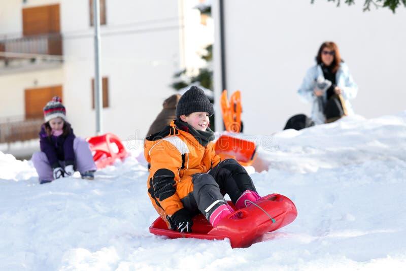 Vacaciones de invierno que juegan con la sacudida en la nieve en invierno imagenes de archivo