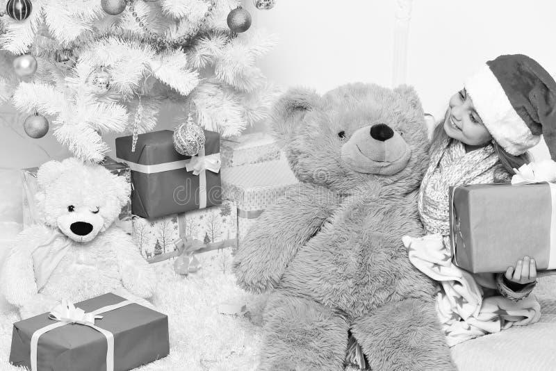 Vacaciones de invierno y concepto de la niñez El niño adorable sostiene Big Bear fotos de archivo