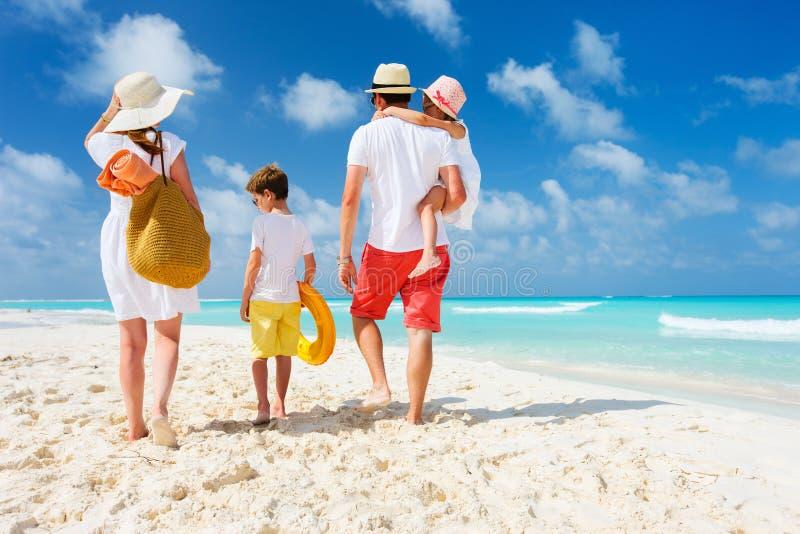 Vacaciones de la playa de la familia imagenes de archivo