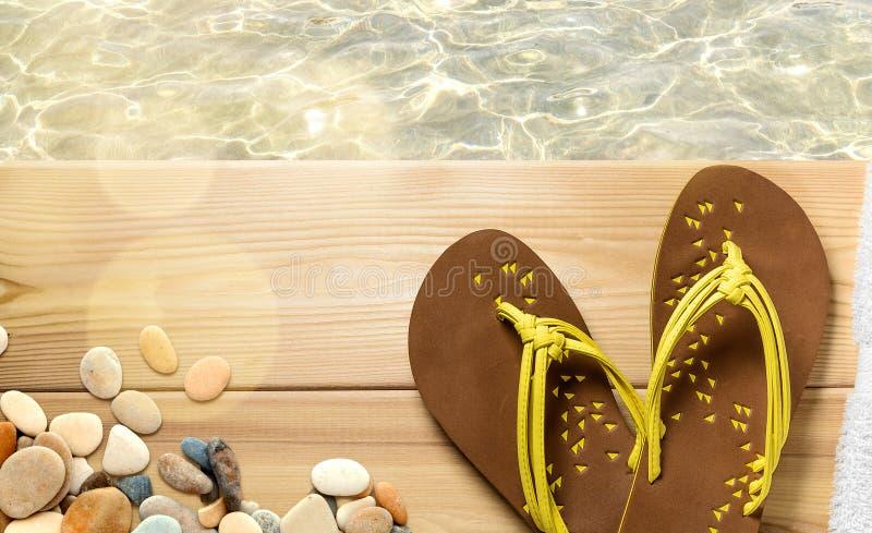 Vacaciones de la playa del verano, chancletas en la cubierta de madera imágenes de archivo libres de regalías