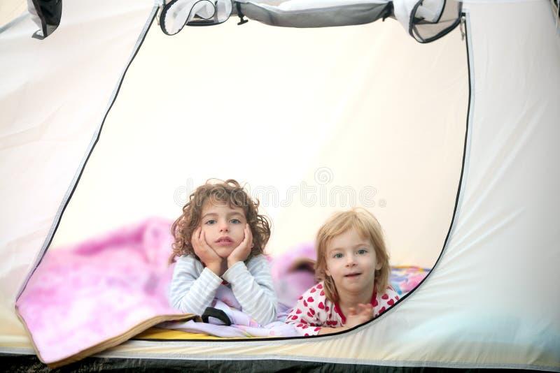 Vacaciones de la tienda de campaña con dos niñas foto de archivo libre de regalías