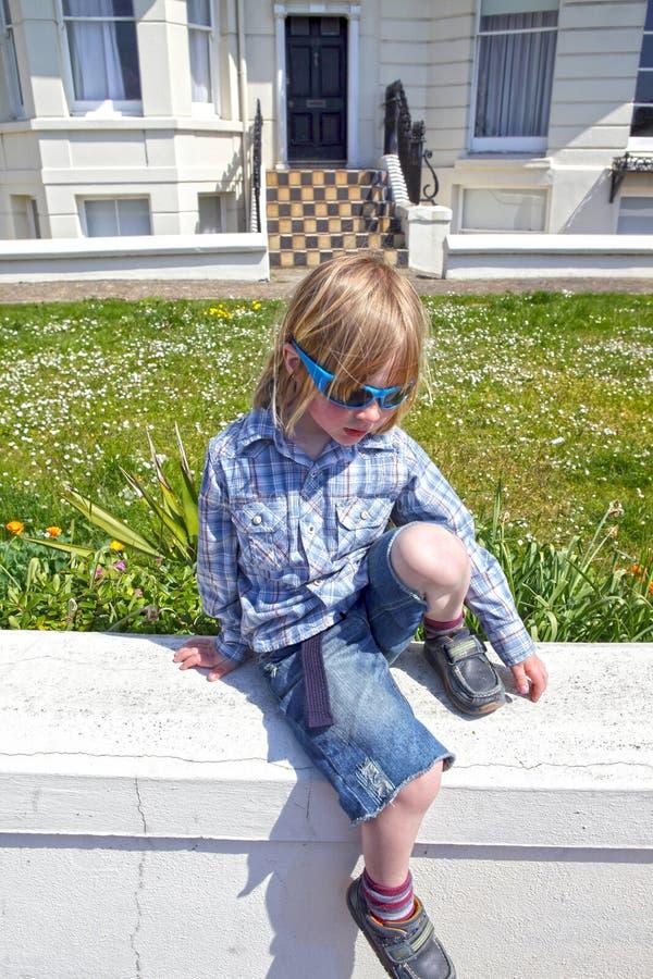 Vacaciones de las gafas de sol del niño imagen de archivo