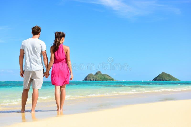Vacaciones de verano de la playa - par el las vacaciones de Hawaii fotografía de archivo libre de regalías