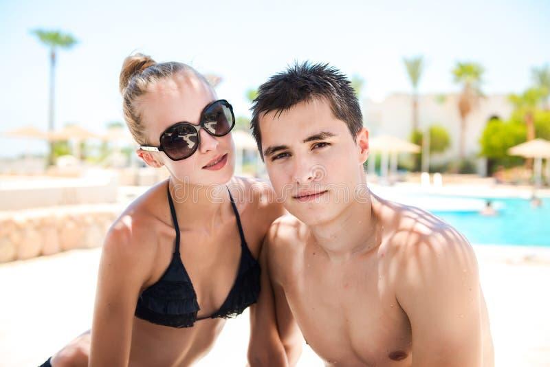 Vacaciones de verano de pares en amor el día soleado en centro turístico tropical foto de archivo libre de regalías